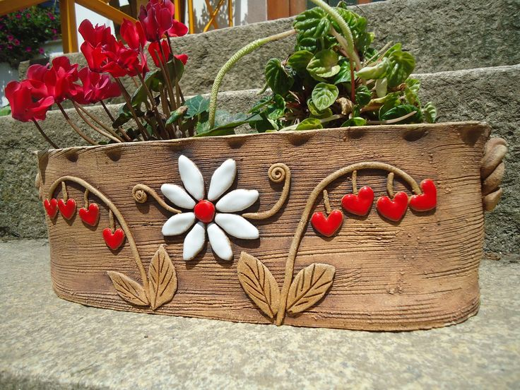 Truhlík na kytky Truhlík - obal, je vyroben ze šamotové hlíny, ručně modelovaný, pálený na 1 160stc.,detaily jsou domalovány barevnou glazurou. Mrazuvzdorný.Délka 38cm,výška 12cm,šířka 14cm.