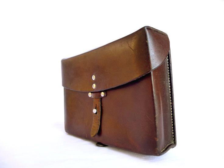 Sacoche vintage en cuir épais patiné marron années 70 - Ancien sac militaire de l'Armée Suisse - Cadeau hipster par LeGrenierDeFrancine sur Etsy https://www.etsy.com/fr/listing/494853067/sacoche-vintage-en-cuir-epais-patine