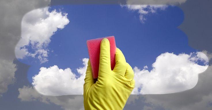 мытье окон Смешай 3 ч. л. воды, 7 ч. л. глицерина и пару капель нашатырного спирта. Смочи этой смесью бумажное полотенце или тряпку и протри стекла.