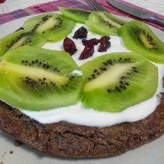 Panqueca de côco e alfarroba com iogurte grego ligeiro, kiwi e arandos vermelhos