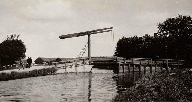 Meerpad met brug naar de Buislotermeerdijk door bewoners ook wel de Meer genoemd