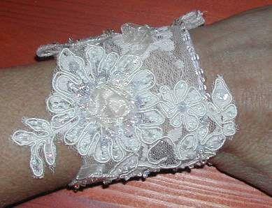 Kanten armband versierd met pareltjes en kraaltjes en pailletten.