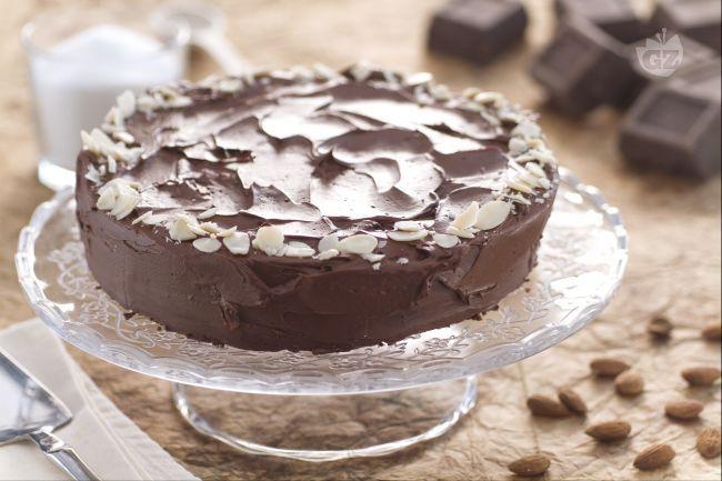 La torta golosa al cioccolato senza farina e glutine è una deliziosa torta dall'impasto cremoso, a base di cioccolato e mandorle, farcita con ganache