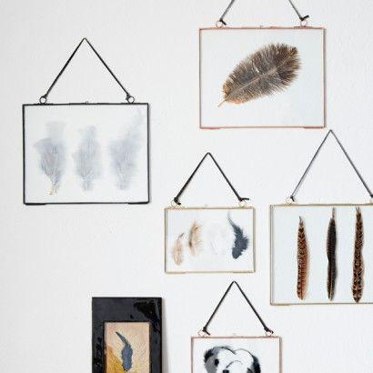 Prendre 2 cadres identiques Récupérer le verre uniquement du second cadre, disposer votre décoration (plumes, feuilles, photo, illustration...) entre les 2 verres. Sécuriser les