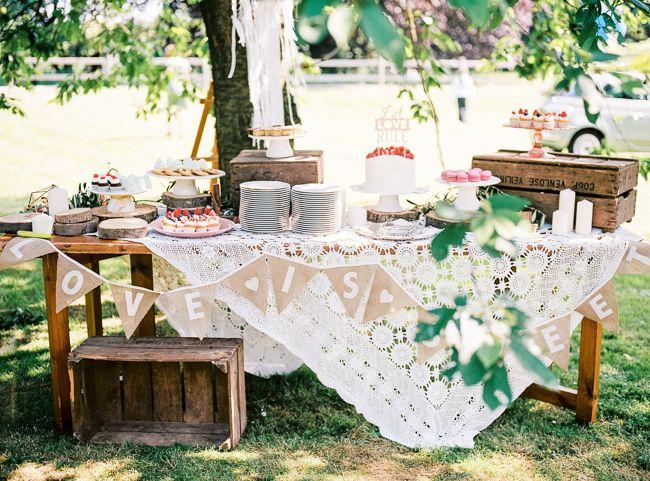 Wat ziet dit taartbuffet er toch awesome uit! // Foto: Hanke Arkenbout // Girls of honour