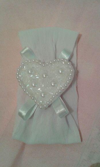 Faixa de meia de seda branca para bebê com coração de pérolas e vidrilhos e fita de cetim. R$ 12,00