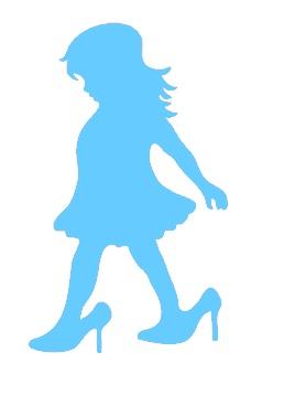 meisje in mama's schoenen