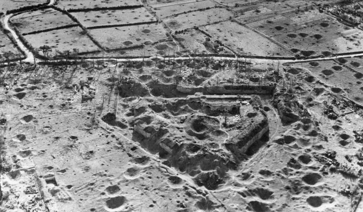 Аэрофотосъемка немецкого форта в районе французского Бреста, разрушенного бомбардировщиками США в августе 1944 года