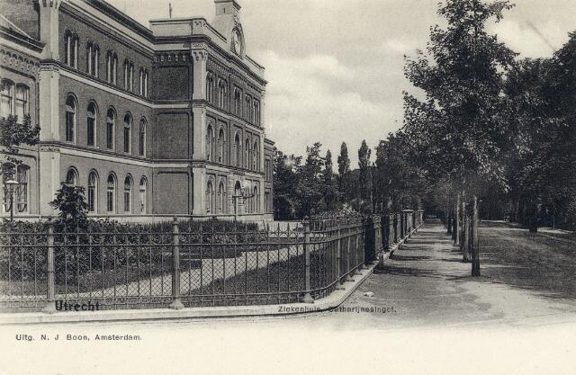 Gezicht op een gedeelte van de voorgevel van het Algemeen Ziekenhuis (Catharijnesingel 15) te Utrecht.  N.B. Het adres Catharijnesingel 15 is in 1921 gewijzigd in Catharijnesingel 101.1905