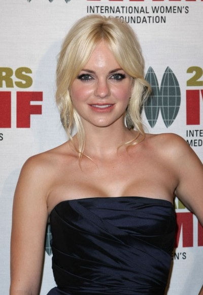 Anna Faris blonde, updo hairstyle