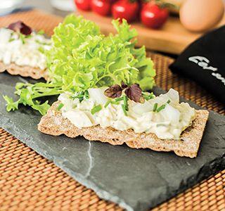 Volkoren cracker met homemade eiersalade.   Deze heerlijke snack barst van de eiwitten en vezels.