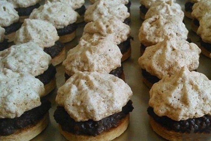Velmi chutné sušenky, které provoní celý byt. Kombinace čokolády a mletých lískovým oříšků je neodolatelná.