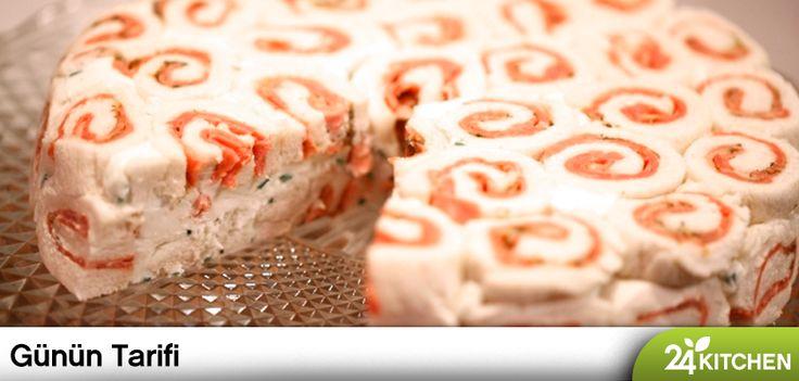 Enfes bir pasta gibi görünüyor değil mi? Pastırmalı iç harcı ve yumuşak kıvamıyla bu nefis tadı ister akşam yemeğine, istersen özel misafirlerine sakla.  #gununtarifi: Pastırmalı Mus  Her günün tarifi 24kitchen.com.tr'de ve ücretsiz uygulamamızda!