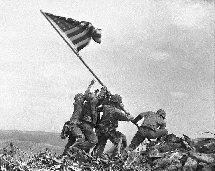 Os fuzileiros do Regimento 28 da quinta divisão de levantar a bandeira americana depois de capturar o 550-pé Monte Suribachi em Iwo Jima