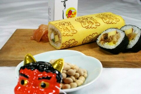 On February 3rd, people in Japan celebrate Setsubun, the coming of spring. Special sushi rolls called Eho-maki (恵方巻) and eaten while facing the auspicious direction for that year. After dinner, roasted soy beans, or iri-mame are thrown out the front door of the house to cast out demons (oni), disease and bad fortune and welcome spring and and a new year of good fortune. Paku did some shopping at one of the major department stores in Kyoto and came over with some tasty Setsubun goodies…