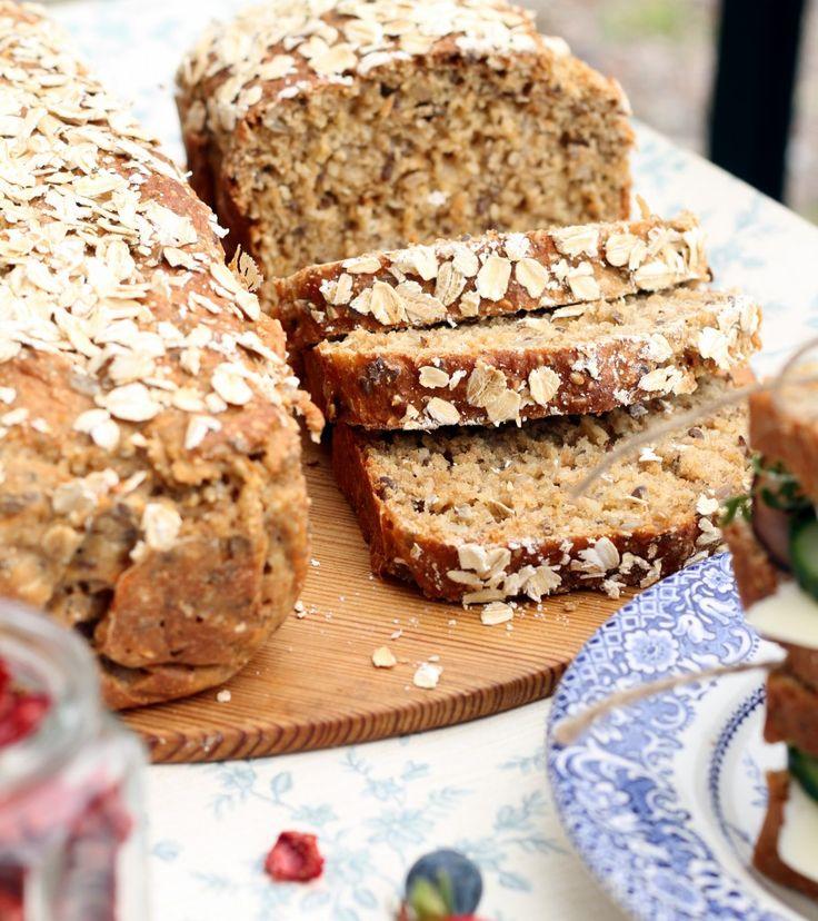 Ni vet när man bakar ett bröd och känner att man aldrig någonsin mer vill baka något annat bröd? Den känslan har jag i kroppen just nu. Detta bröd blev så gott och saftigt. Och det var så enkelt att...