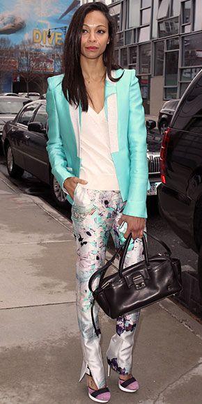 ZOË SALDAÑA    La actriz le dio la bienvenida a la primavera con estos pantalones Prabal Gurung con estampado floral. Sigue el estilo de Zoë y combina unos pantalones estampados con una blusa o blazer en uno de los colores que se destaquen en los pantalones. En el caso de la actriz, ella escogió un blazer en azul turquesa, un color que predomina en sus pantalones.