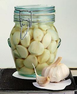 several links to recipes to pickle garlic at home