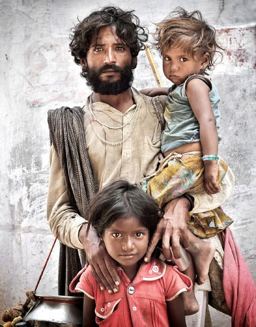 Rajasthan Family……INDIA……..NOTE: LITTLE GIRL HAS LIGHT-COLORED HAIR……..ccp. magnífico trabajo de la luz