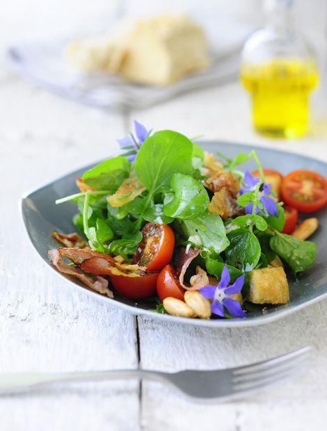 Brunnenkresse-Salat+mit+Kirschtomaten,+Croutons+und+Speck  ++++ Zutaten+für+4+Personen:+1+Bund+Brunnenkresse,+100+g+Kirschtomaten,+1+Ciabatta+Brötchen,+100+g+Speck+(dünn+aufgeschnitten),+2+El+Teutoburger+Raps-Kernöl+mit+Buttergeschmack,+1+Schalotte,+1+El+Weißweinessig,+4+El+Teutoburger+Vital+Omega-Salatöl,+Salz,+frisch+gemahlener+bunter+Pfeffer,+50+g+geröstete+Mandeln. Zubereitung…