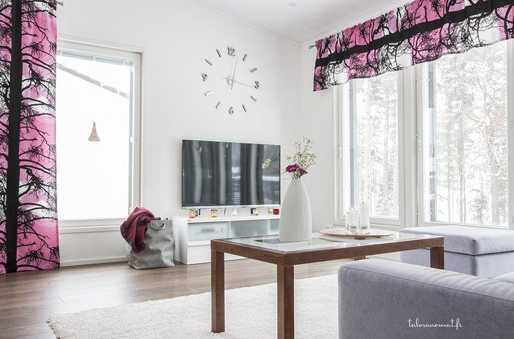 pinkki sopii myös olohuoneeseen tässä kauniissa Design-Talossa