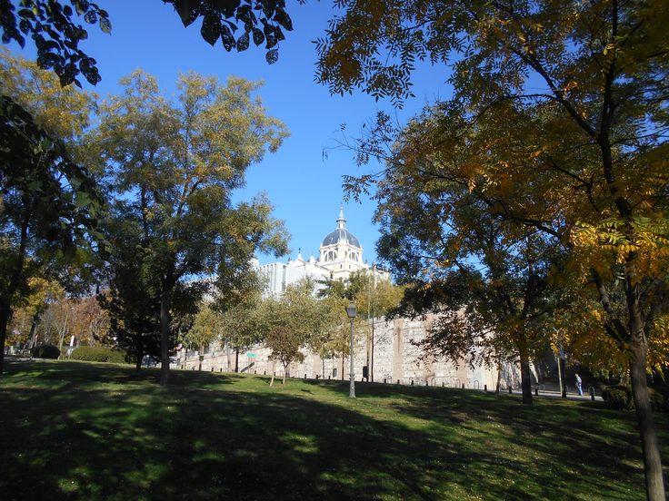 La Almudena desde el parque de Atenas