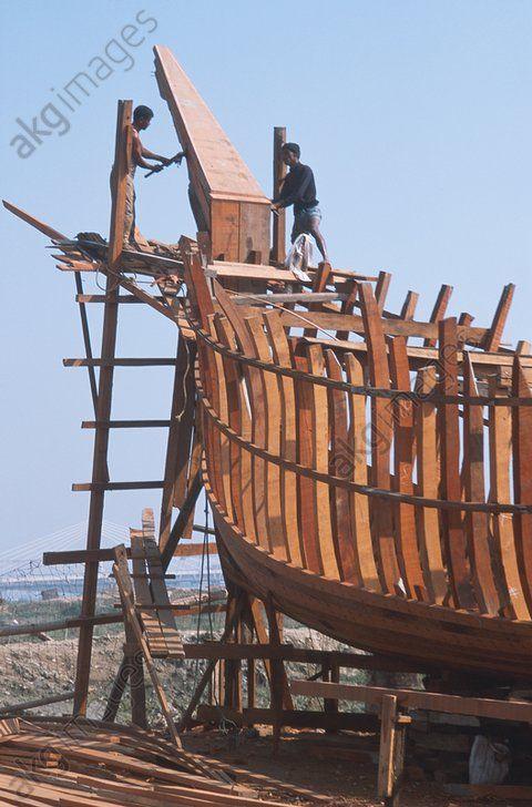 Bangladesh, construction d'un bateau en bois Construction d'un bateau traditionnel en bois sur la rive du Karnaphuli à Chittagong.  Photo, 2011.