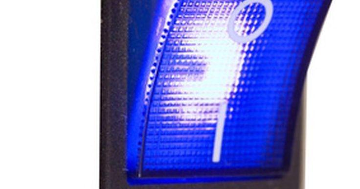 Cómo conectar un interruptor eléctrico de 12 voltios de tres vías. Los interruptores de baja tensión de tres vías están disponibles en diferentes variedades. Hay de palanca, de conmutación, de alternar y pulsar y vienen en un gran número de colores y diseños. Estos interruptores están en automóviles, botes y vehículos recreativos. Ellos controlan los accesorios que requieran un interruptor de dos posiciones. ...