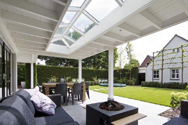 Witte veranda aan huis met oudhollands plafond