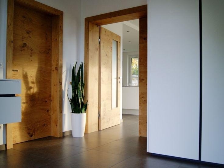 Dieses moderne Vorzimmer von krumhuber.design wurde in perfekter Harmonie mit der Haustüre eingerichtet und glänzt neben der Optik auch mit genügend Stauraum!