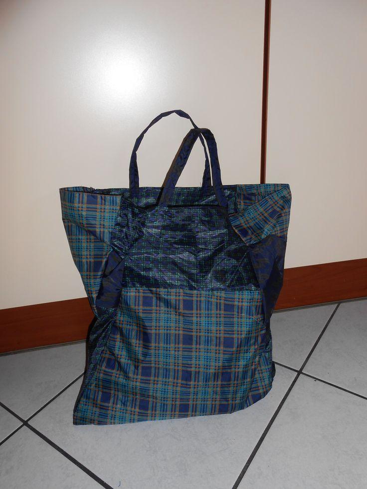 DIY - Sacchetto patchwork... da tanti rimasugli di ombrelli. 1002ideericiclabili.blogspot.it