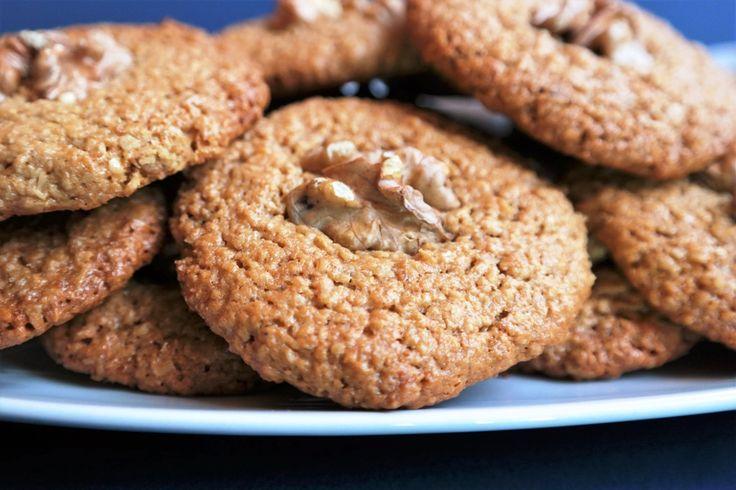 UNSUZ YULAFLI KURABİYE; Yulaf ezmesi kullanarak hazırladığım kurabiyeler hem sağlıklı hem de lezzetli tatlara çok güzel bir örnek oldu. Kullanılan bal ve hindistan cevizi yağının kattığı enfes aroma, çok hoş ve dengeli bir şekilde hissediliyor. http://www.aylademir.com.tr/2016/03/unsuz-yulafli-kurabiye.html
