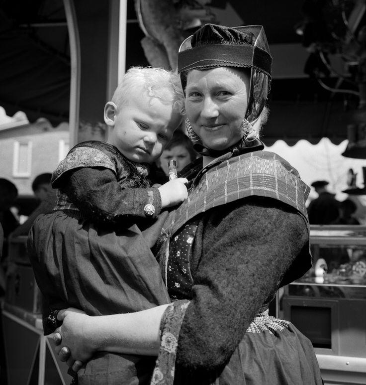 Vrouw met zoon in rokkedracht, Staphorst (1950-1960) #Overijssel #Staphorst