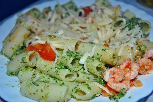 Спагетти с креветками, помидорами и соусом песто