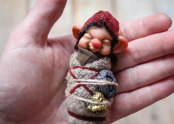 Bebé de enano. OOAK. Fantasía por GoblinsLab en Etsy. Criaturas Mágicas de Fantasía hechas a mano, por el artista plástico Moisés Espino. The Goblin´s Lab. Madrid, España. Criaturas de leyenda 100% hechas a mano y alimentadas en casa. Duendes, Hadas, Trolls, Goblins, Brownies, Fairies, Elfs, Gnomes, Pixies.... LINKS del artista: http://thegoblinslab.blogspot.com.es/ https://www.etsy.com/shop/GoblinsLab http://goblinslab.deviantart.com/