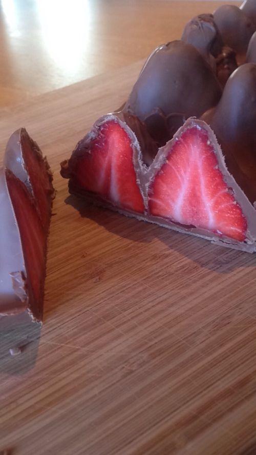 Fant en ide om jordbær med sjokoladetrekk på nett, og da måtte vi prøve selv. Dette er skikkelig ...