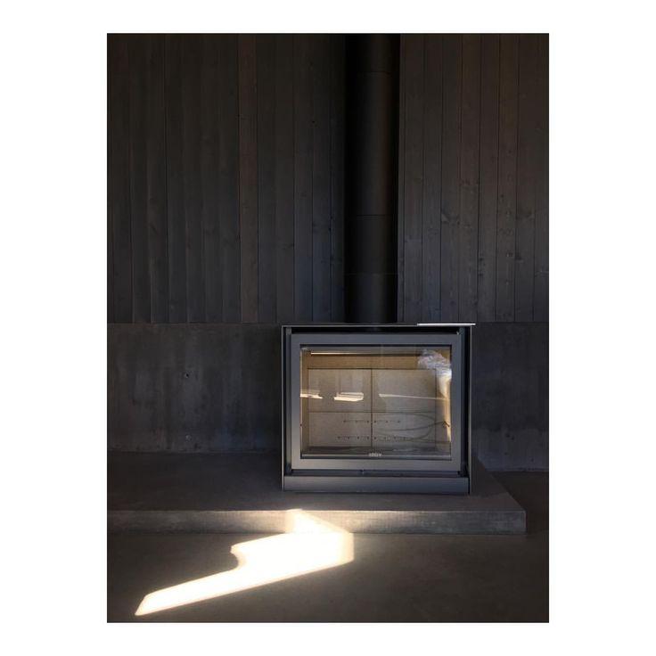 "111 gilla-markeringar, 4 kommentarer - Skälsö Arkitekter (@skalsoarkitekter) på Instagram: ""Finishing touches at #savannen13 fireplace approved 🔥#concrete #interior #sunshine"""