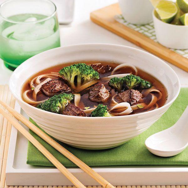 Cuire les nouilles selon les indications de l'emballage. Égoutter. Dans une casserole, chauffer l'huile à feu moyen. Cuire les cubes de boeuf et l'oignon de 2 à 3 minutes.