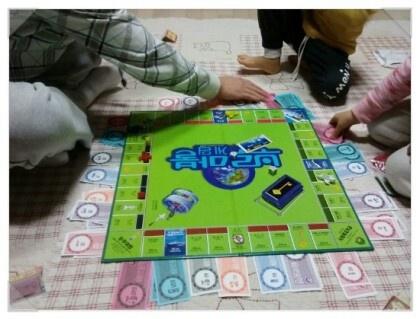 영어 브루마블게임으로 모든칸을 영어단어의 영어문장으로 만들어서 게임을 진행하게 한다. 그리고 황금열쇠 같은 특이한 사항들도 영어로 만들어서 게임을 하면서도 영어를 체험할 수 있게 해준다