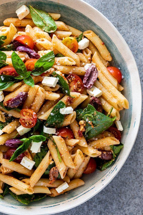 Pesto Nudelsalat mit getrockneten Tomaten