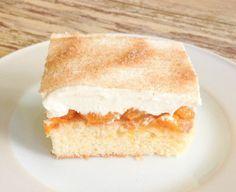Mandarinen Schmand Kuchen - das Dauerbrenner Kuchenrezept meiner besten Freundin, das es früher schon immer bei ihr Zuhause gab. Ein frischer, klassischer Blechkuchen mit fruchtiger Note. Das vegetarische Rezept ist auf Deutsch und ihr findet im Blog dazu ein Rezept PDF. http://www.meinesvenja.de/2013/06/22/mandarinen-schmand-kuchen/