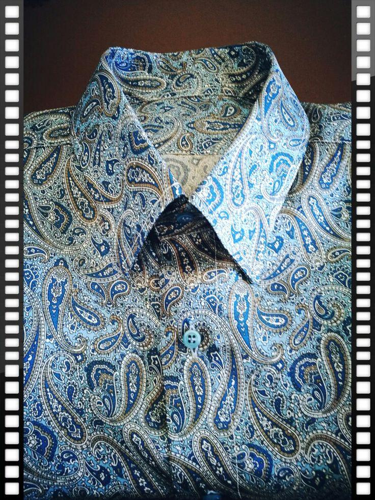 Azi livrăm și o cămașă din mătase, cu modele Paisley. Formele acestea, devenite un standard în nenumarate colecții faimoase, au apărut înainte de Hristos, fiind disputate de Babylon, Persia și Iran. De oriunde sunt, după câteva mii de ani, rezistă cu succes nu doar în industria de fashion ci și în cele de bijuterii, design interior etc. #wespeakshirts #razvanvalceanu  #women #men #shirts #paisley www.razvanvalceanu.ro