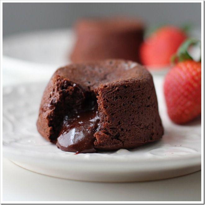 Láva süti – csoki csoda liszt nélkül, a belseje krémes a külseje szilárd, elképesztően fincsi! :)