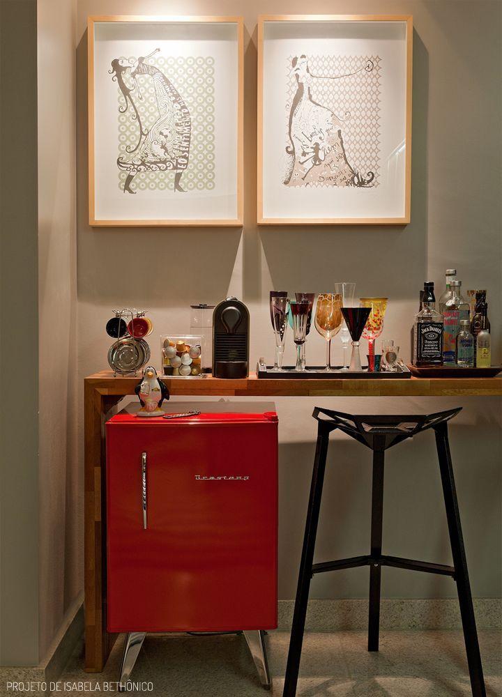 O cantinho reservado para bebidas, geralmente não deve receber uma iluminação mais intensa, pois as lâmpadas esquentam e o calor pode interferir na temperatura e conservação das bebidas. A iluminação deve ser suave e tênue. Este amb Ideias para área do bar em casa