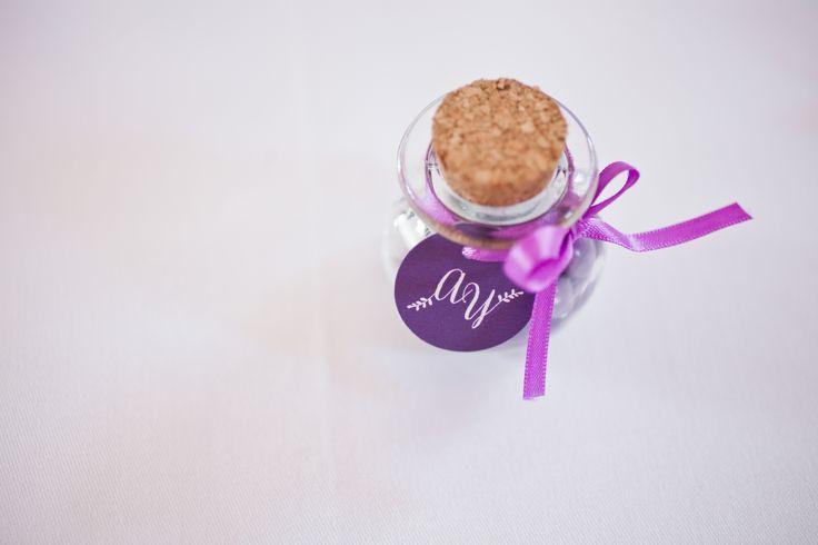 Décorez vos tables pour votre repas de mariage avec vos cadeaux d'invités. Ici, Anna et Yoann ont choisi de glisser des smarties violets dans de petites bonbonnières et de les personnaliser avec des étiquettes rondes reprenant leurs initiales. <3