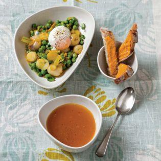 Clotilde serviert ihre fischlose Bouillabaisse in zwei Gängen: zuerst klare Brühe mit Mayonnaisebrotfingern, als zweiten Gang das in der Brühe gekochte Gemüse mit einem pochierten Ei. Ein Rezept mi…