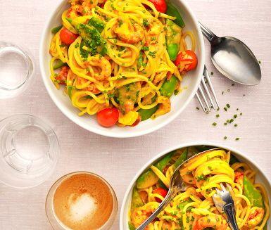 En färgstark rätt av kräftpasta smaksatt med saffran och tomat. Pastan kokas enligt anvisningar där sockerärter läggs i mot slutet. Grädde, tomater och saffran kokas upp i en kastrull och kräftor tillsätts sist. När pastan är klar blandas den med kräftorna och såsen, toppa med gräslök och rätten är klar!