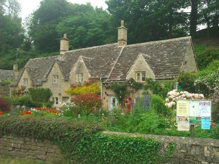 Oxfordshire İngiltere'nin güney doğusu (bizce neredeyse güney ortasında). 635.000 nüfuslu, yarısından fazlası 10bin kişil kasabalarda yaşayan yemyeşil bir bölge. Daha fazla bilgi ve fotoğraf için; http://www.geziyorum.net/oxfordshire-gloustourshire/
