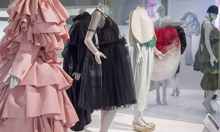 Londýn vystavuje 100 luxusních šatů od Balenciaga