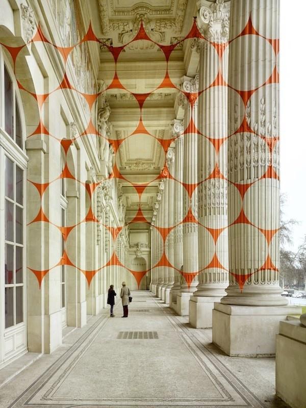 L'artiste suisse Felice Varini, que nous avons déjà présenté dans cet article, est connu pour ses anamorphoses à grande échelle de formes géométriques sur des pièces et des espaces extérieurs. Son dernier travail a été réalisé au Grand Palais à Paris, le mois dernier, pour l'exposition Dynamo.